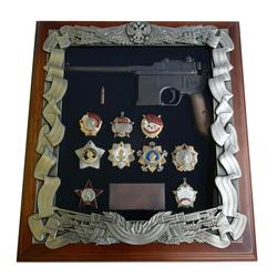 Деревянная ключница с пистолетом Маузер и наградами СССР gt16-274