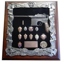 Деревянная ключница с пистолетом Маузер и знаками ФСБ gt16-270