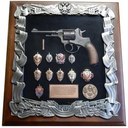 Деревянная ключница с револьвером Наган и знаками ФСБ gt16-271
