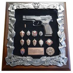 Деревянная ключница с пистолетом Ярыгина (ПЯ) и знаками ФСБ gt16-289
