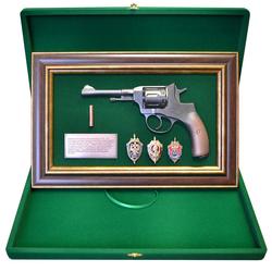"""Панно с пистолетом """"Наган"""" со знаками ФСБ в подарочной коробке gt18-332"""